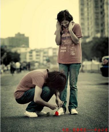 七夕节后 最浪漫的事为你系鞋带